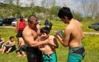 açık havada yağlı güreş antrenmanı