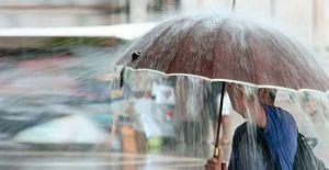 Antalya'ya gece yarısı kuvvetli fırtına ve yağmurun yanı sıra dolu yağışı etkili oldu.