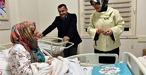 Yeni Yılın İlk Bebeklerinin Hediyeleri Başkan Yücel'den