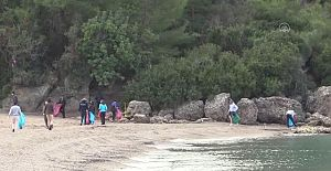 ABD'li bisiklet takımı sahil temizliği yaptı