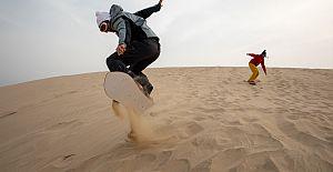 Katar'ın kum tepelerinde kum sörfü yapmaya hazırlanıyor
