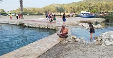 Antalya'nın Demre ilçesindeki kükürtlü su havuzunda bayram tatilinde yoğunluk yaşandı